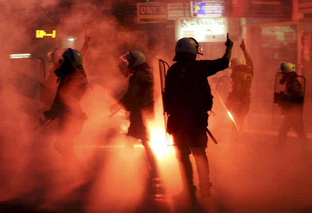 27 janvier 2010, Thessalonique, Grèce --- policiers antiémeutes signalent l'autre dans la fumée des gaz lacrymogènes lors d'une manifestation anti-gouvernement à Thessalonique le 5 septembre 2009 (© GRIGORIS SIAMIDIS / Reuters)
